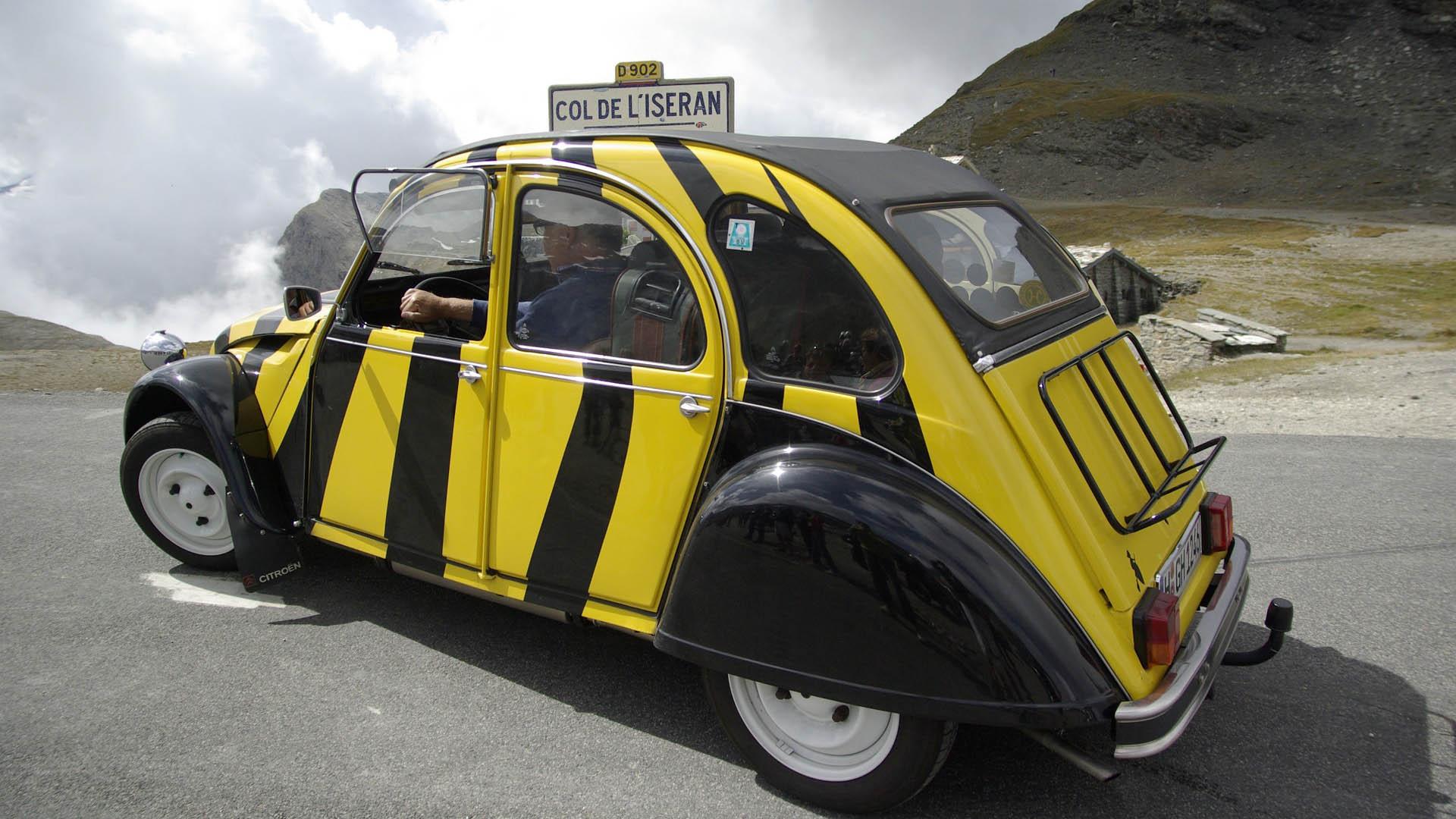 Keltamusta raidallinen Citroën 2CV henkilöauto
