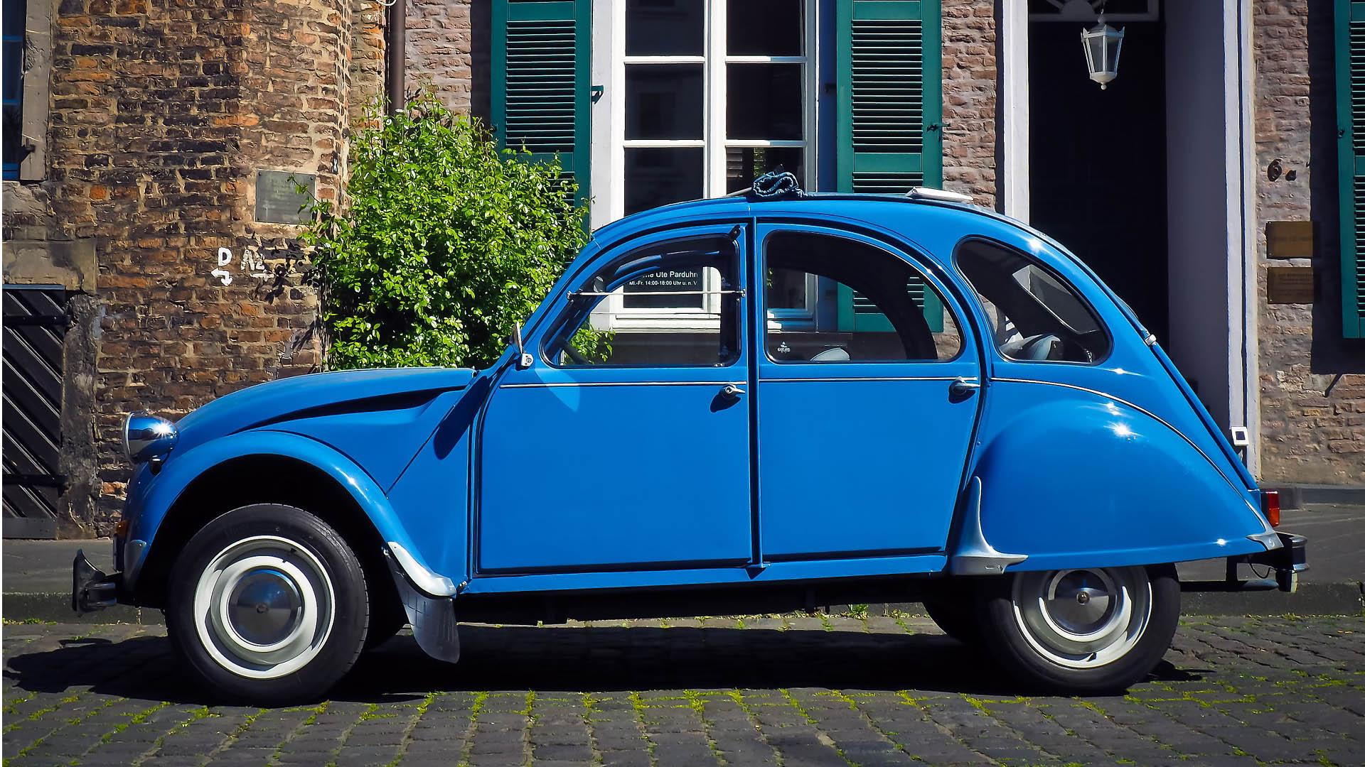 Sininen Citroën 2CV henkilöauto