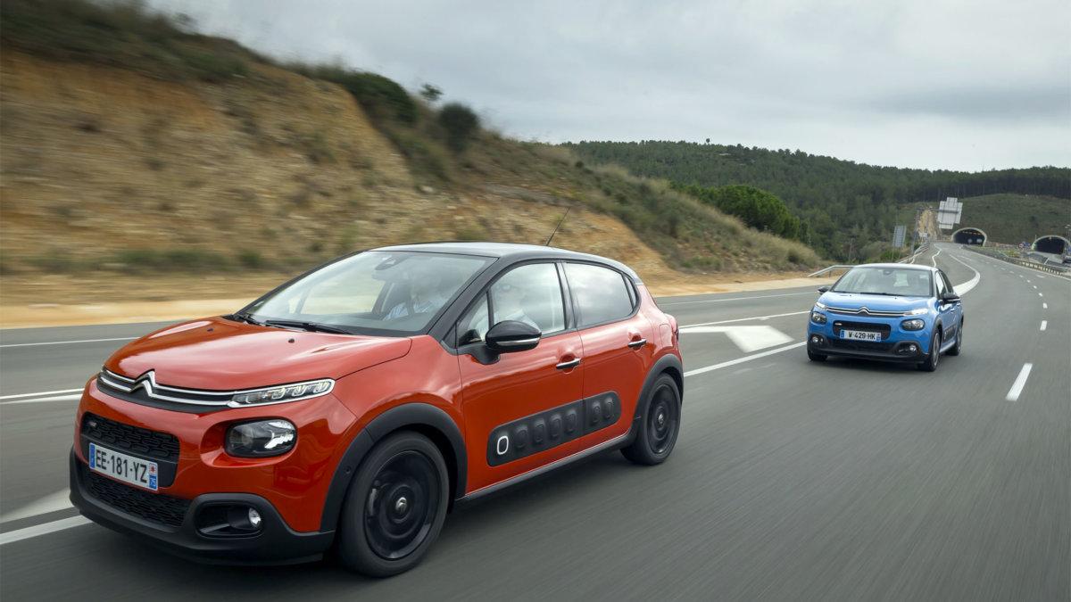 Punainen ja sininen Citroën C3 vuosimallia 2016.