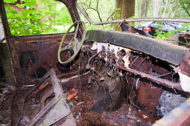 Citroën B11 hylättynä metsässä