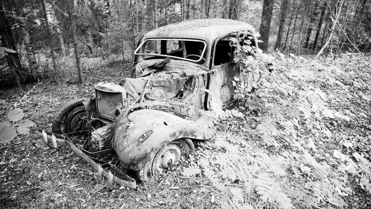 Vanha Citroën B11 hylättynä metsässä.